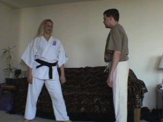 El polluelo del karate demuestra ataques de la bola