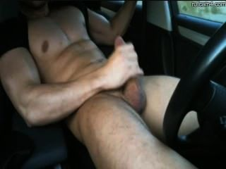 Perno prisionero atlético que sacude apagado en un coche