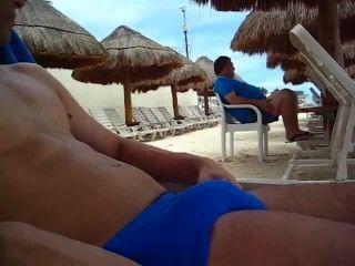 Mostrando en la playa y casi atrapados