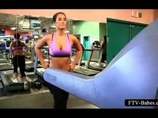 Morena chica deportiva trabaja sus tetas grandes en público