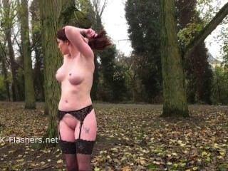 Beso de acebo pelirroja en público y al aire libre consolador masturbación