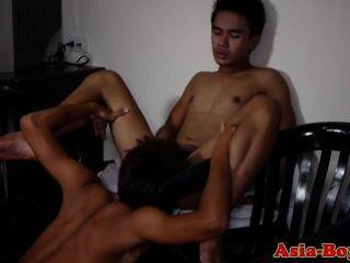 Jóvenes asiáticos twinks disfrutar chupar polla