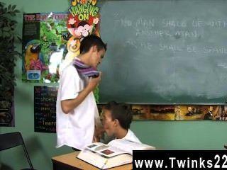 Increíble escena gay dustin revela y leo página son dos colegiales atrapados en