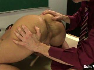 Sexy gays atornillando culos en el aula