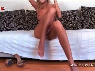 Seductora rubia puta dedo se folla en la cama