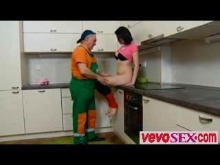 Dasha está esperando en su mostrador de cocina solo en un color rosa out vevosex.com