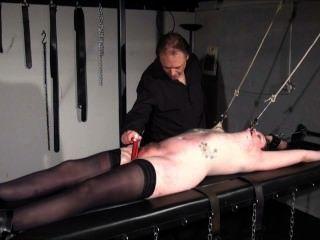 Esclavo aficionado racked en hardcore bdsm y pezón torturado tatuado submissi