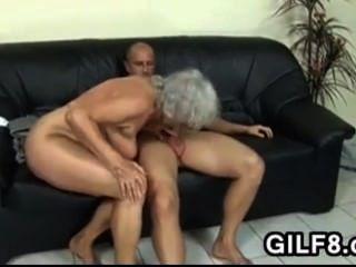 Abuela rubia lo lleva en el culo