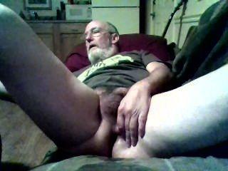 Viejo hombre y su juguete