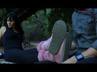 Dominatrix consigue sus pies cosquilleados