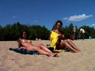 Playa nudista muestra dos adolescentes magníficos desnudos