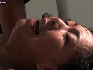Asiático tener orgasmos mientras se toyed