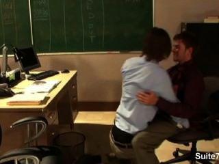 Gays sexy golpeando en la oficina