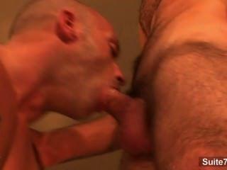 Hottie de pelo largo gay da mamada a un hombre calvo