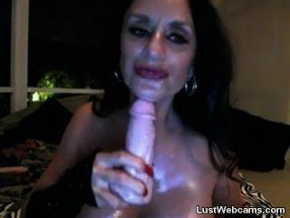 Busty granny toying su coño y el culo en la webcam