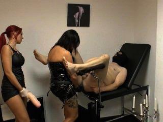 Dama xenia y amigo castigan esclavo con una enorme correa en