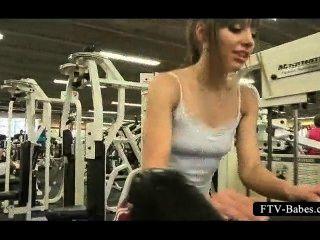 Sirena de sexo adolescente trabajando en topless en el gimnasio
