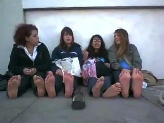 Cuatro pares de pies apestosos de la universidad