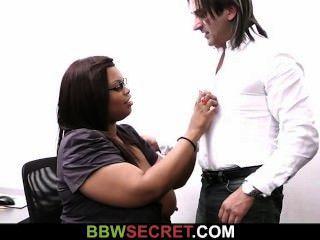 Él hace trampa con la secretaria de ébano y se interrumpe