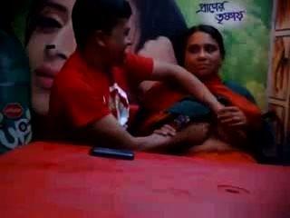 Bangladeshi mujer madura engañando con el amante en el café de la comida