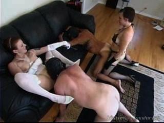 Dos amas de casa de femdom bitch usan a sus esclavos