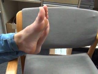Marie muestra sus lindos pies latinos de 18 años