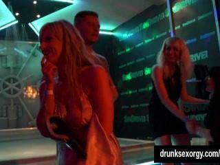 Chicas calientes bailando eróticamente en un club