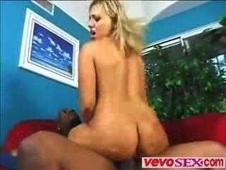 Preciosa mujer joven juega con una enorme polla de ébano vevosex.com