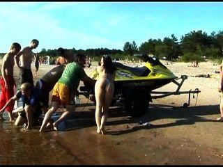 Este adolescente nudista tiras desnudo en una playa pública
