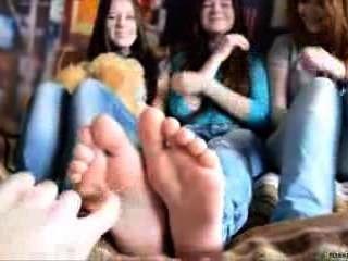 3 chicas cosquillas en el pie