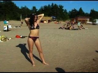 Nudistas adolescentes se quitan la ropa y juegan desnuda
