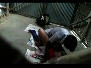 Profesor indio hace el amor con el estudiante en la posición de misionero