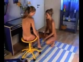 Dos lesbianas encantadoras chupan y se masturban con un consolador