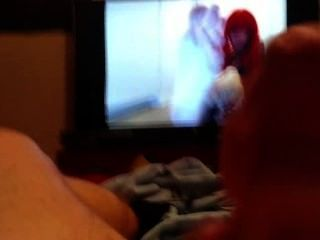 Guy se masturba duro y viene mientras ve videos de pies (parte 1)