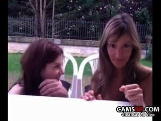 Dos safadas no quintal mostrando en la webcam