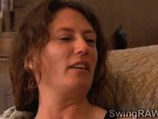 Morena hottie pasa su primera noche en la mansión swingers
