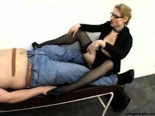 Sexy rubia rubia secretaria en tacones altos