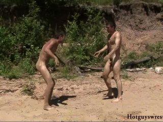Chicos de playa luchando desnudo
