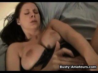Busty gianna jugando su coño