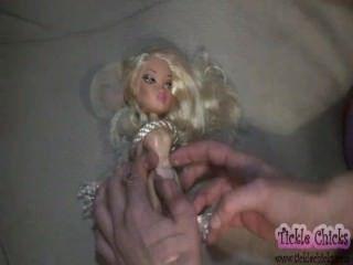Muñeca bella se convierte en una chica real cosquillas
