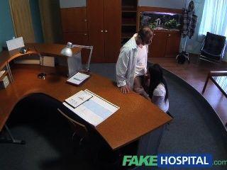Fakehospital paciente sexualmente inexperto quiere médicos gallo para ser su fi