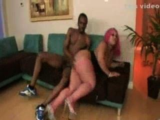 Chica sexy follando con un negro con treinta polla
