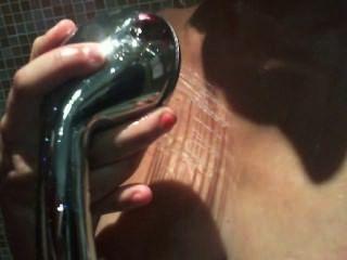 Chica sexy en juego de ducha con spearm
