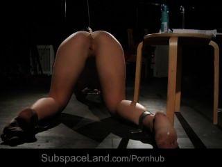 Lianna enchufado en el culo y el coño mientras masturbaba y el culo abofeteado