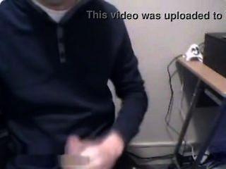 Chico danés jugando gallo en la sala de ordenadores