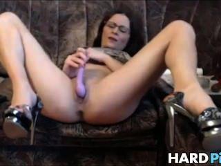 Milf caliente extiende sus piernas y se masturba