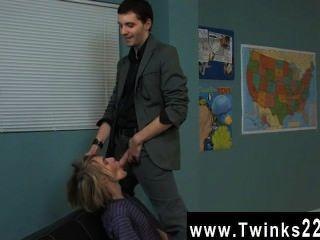 Increíble twinks el rubio agradable rubio está recibiendo una lección personal en el drama