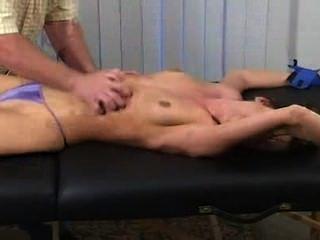 Atado y cosquilleado kayla torturado