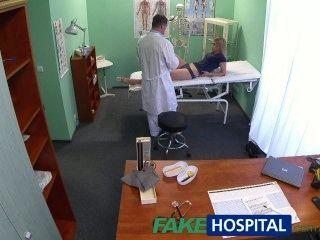 Fakehospital inocente rubia obtiene el masaje de los médicos