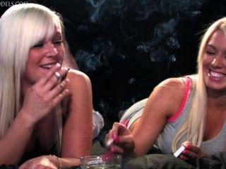 Becky y jemma fumando